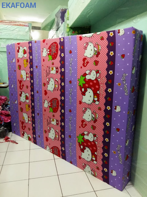 Kasur busa inoac motif helokitty ungu strawberry