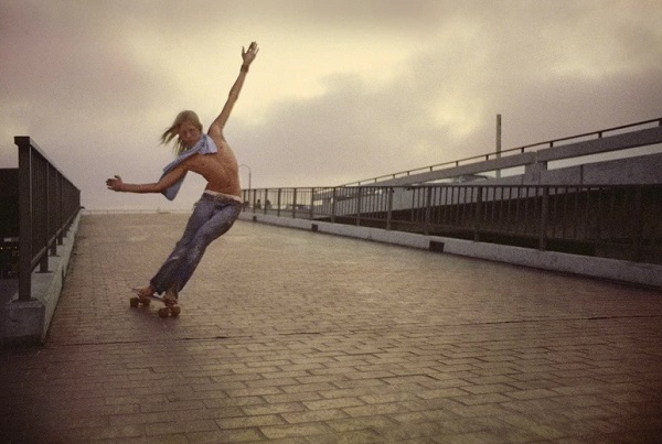 """Flying bull on the ramp"" - foto por Hugh Holland - 1975 