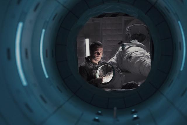 Ryan Reynolds à travers le hublot dans Life - Origine Inconnue