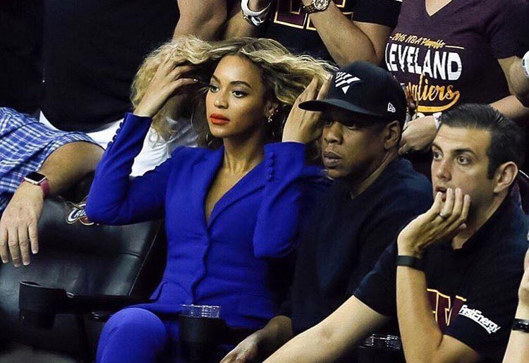 Dafuq? Beyonce shuns admirer who was staring at her and JayZ