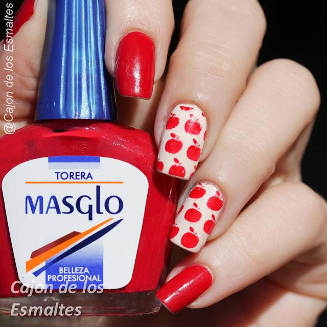 Diseño de uñas con manzanas rojas