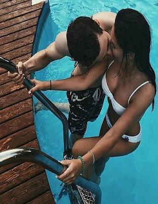 pose de novios subiendo escaleras piscina