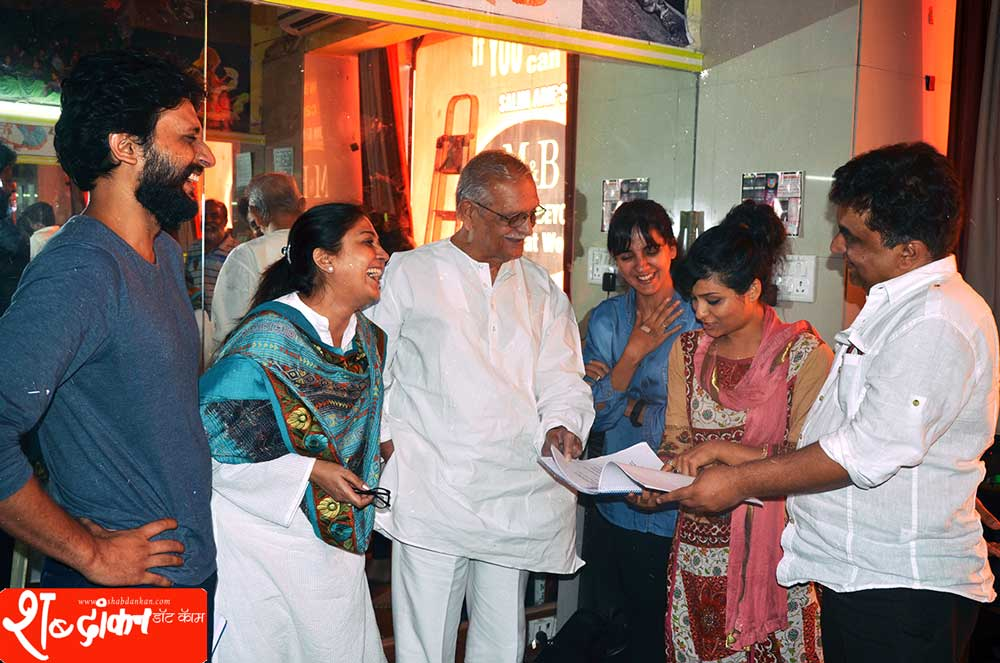 Gulzar Saab with Zeeshan-Ayyub Lubna Salim Shruti Seth Sharmila Shinde and Swanand-Kirkire----actors-of-Chakkar-Chalaaye-Ghanchakkar