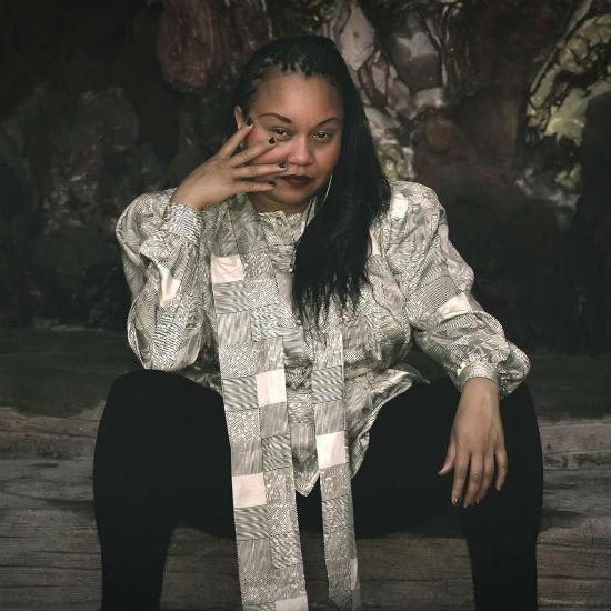"""Numa pegada eletro-funk, a cantora Moniquea lança o clipe """"Chekin 'Out"""", musica que faz parte do álbum """"BlackWaveFunk"""""""