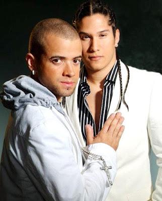 Foto de Chino y Nacho vestidos de blanco