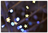 guirlande étoiles lumineuses et bokeh bleu