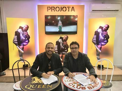 Projota renova contrato com a Universal Music e ganha homenagem pelas conquistas em sua carreira