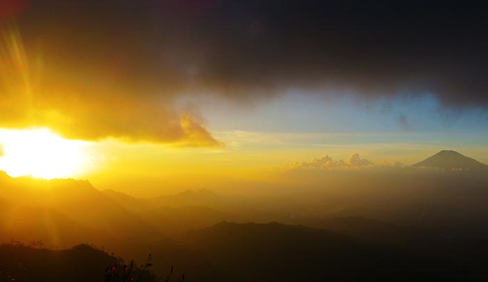Matahari Terbenam di Puncak Suroloyo