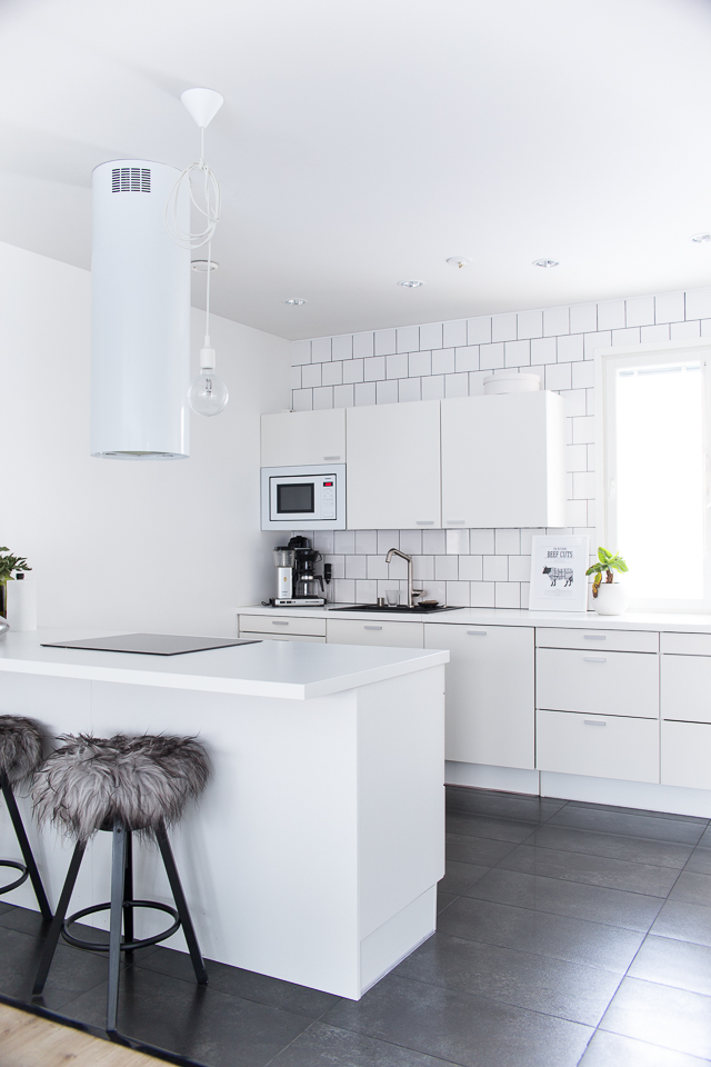 Sisustaminen, valkoinen keittiö, banaanipuu, Villa H