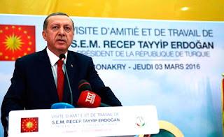 Governo da Turquia ordena fechamento de dezenas de jornais, TVs e rádios