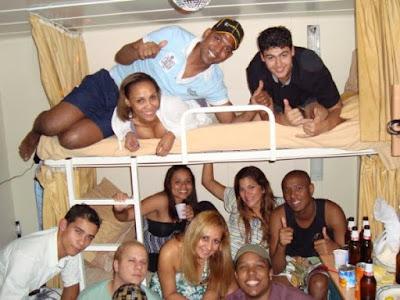 вечеринка членов команды круизного корабля в кабине или каюте