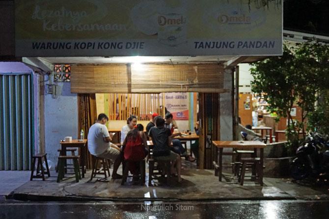 Pengunjung yang ingin mengopi di Belitung