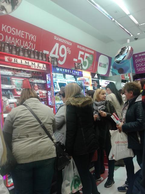 szaleństwo klubu Rossmann, 2017 kobiety rzucają się na kosmetyki