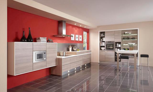 cocina-madera-con-pared-roja