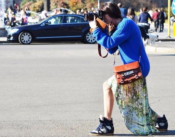Váy maxi và giày sneakers - combo cực chất cho mùa th1u