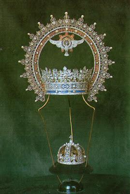 Postal de las Coronas de la Virgen y del Niño de Covadonga