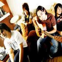 """Biografi Romeo Band   Romeo Band adalah grup musik pop asal Indonesia yang terbentuk di tahun 1998. Bagi sobat Musikindo99 yang menghabiskan masa remaja di penghujung era 90an, mungkin sudah cukup mengenal grup band Ini. Pada awalnya, Bimo (eks personil Netral), Bebi (mantan personil Bima), dan Ade Abdi (seorang gitaris yang kebetulan memiliki fasilitas studio rekaman), bertemu di tahun 1997. Waktu itu mereka hanya melakukan jamming secara iseng-iseng guna mengisi waktu luang mereka, sebab saat itu mereka masih eksis di band masing-masing. Setelah berpisah dari band mereka masing-masing, mereka bertemu 2 tahun kemudian, dan dengan merekrut personil baru bernama Yudha (berposisi sebagai gitaris), akhirnya terbentuklah grup musik """"Romeo"""". Ciri khas musik romeo adalah adanya influens besar dari musik evergreen yang sering diusung oleh penyanyi seperti Andy William, Frank Sinatra, The Carpenter hingga Barry Manilow. Untuk mempertegas kesan tersebut, aransemen musik Romeo diramu dengan sentuhan sound oldies yang juga menggunakan unsur string section.   'Bunga Terakhir' yang dirilis tahun 1999 merupakan lagu yang melambungkan nama Romeo di kancah musik nasional. Berkat lagu ini pulalah, pihak label Aquarius Musikindo membuatkan sebuah album penuh. Tak hanya karena lirik dan musiknya, vokal Bebi yang terdengar sangat"""