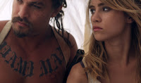 Suki Waterhouse and Jason Momoa in The Bad Batch (7)