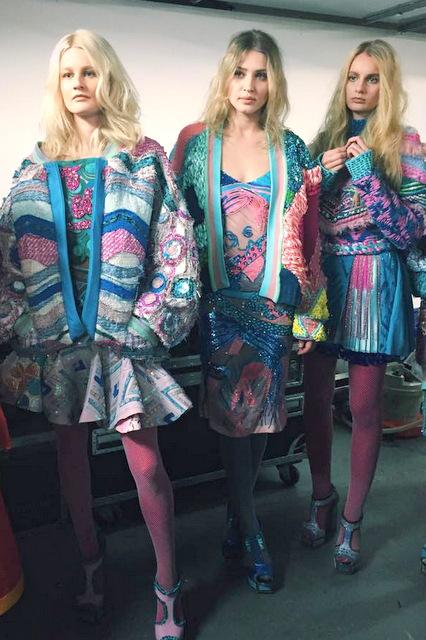 0112a4314a2 Mulle meeldib kleit, mis on keskmise tüdruku seljas.