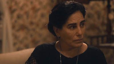 Lola (Gloria Pires) se entristece por ter que demitir Durvalina (Virgínia Rosa) em 'Éramos Seis' — Foto: Globo