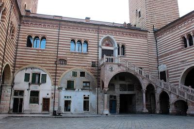Escalinata del palacio de la Razón en Verona