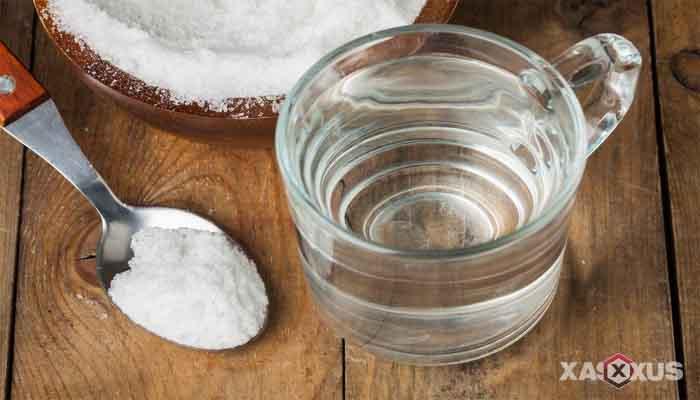 Cara membersihkan kotoran telinga dengan air garam