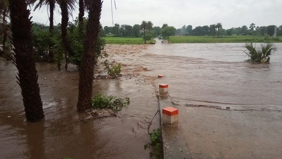 Alirajpur News-अलीराजपुर नदी वाले उफान पर स्कूल आने जाने मे शिक्षक सहित बच्चों को हो रही दिक्कत