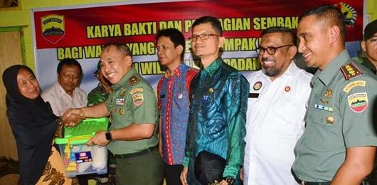 Danrem 032/Wirabraja Serahkan Bantuan Bagi Korban Banjir Alai Parak Kopi