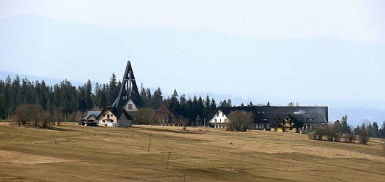 Sanktuarium Matki Bożej Jasnogórskiej i klasztor paulinów na Bachledówce widziany z Zębu.