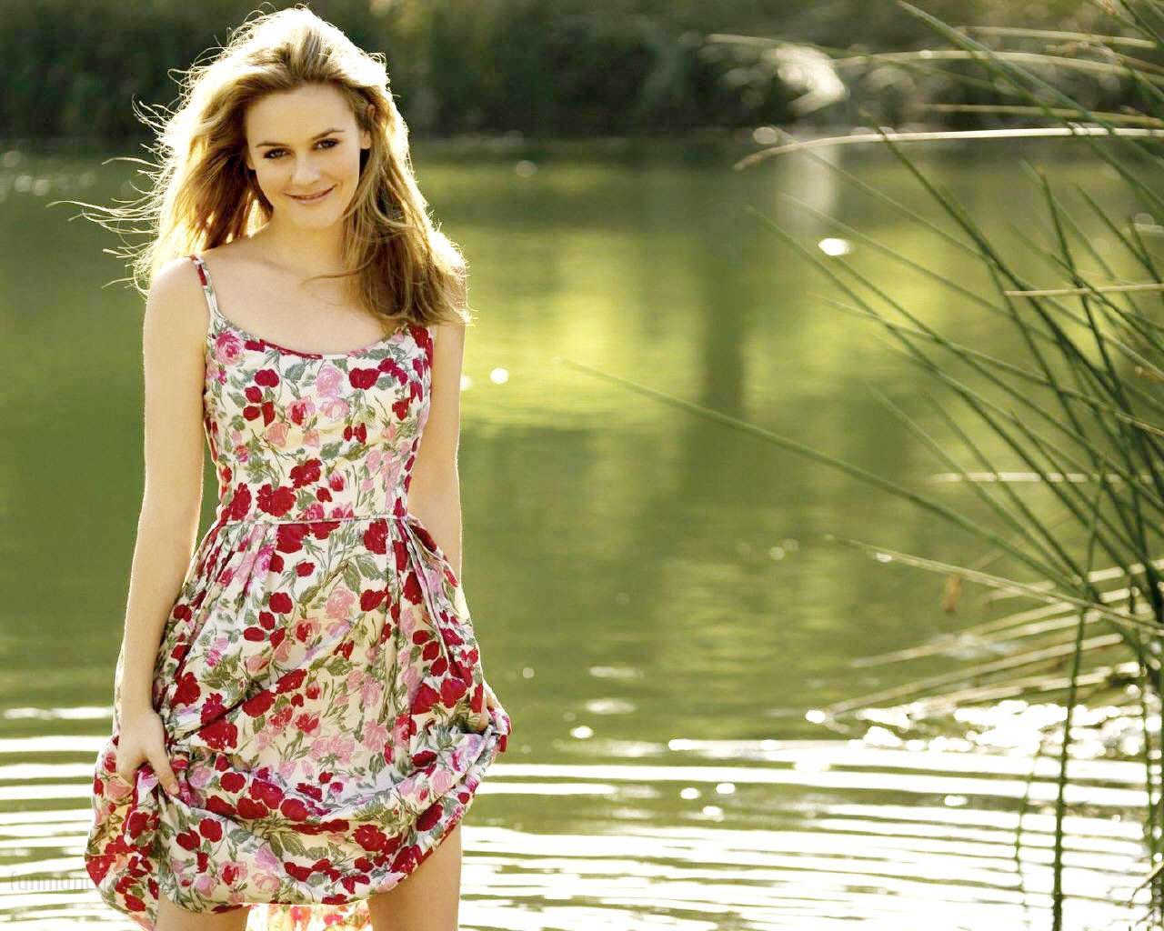 cute actress alicia silverstone wallpaper