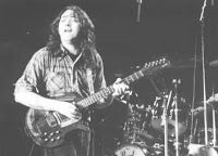 Rory Gallagher mit Coral Sitar