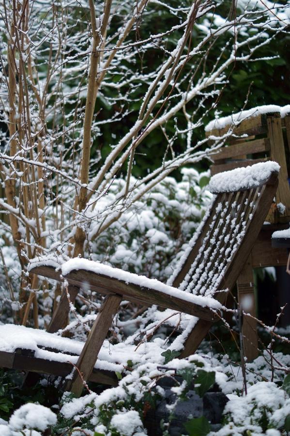 Blog + Fotografie by it's me! - Winter für einen Tag - verschneiter Deckchair im Garten