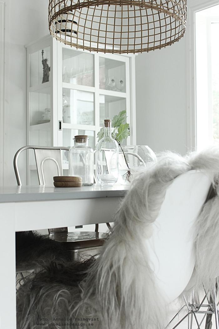 ek, ekfat, fat, träfat, glasunderlägg, underlägg, fårskinn, isländska fårskinn, skinn, fäll, fällar, annelies design, inredning, webbutik, webbutiker, webshop, nettbutikk, nettbutikker, kök, köket, stol, stolar, skinn hängande på en stol, glasflaskor, flaskor, glas, matbord, matsal, matsalen, matbordet, bord, plåtstolar, vitrinskåp, vitt, vit, vita,