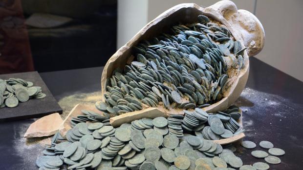 Tesoro de monedas romanas hallado en Tomares, Sevilla. Foto: EFE.