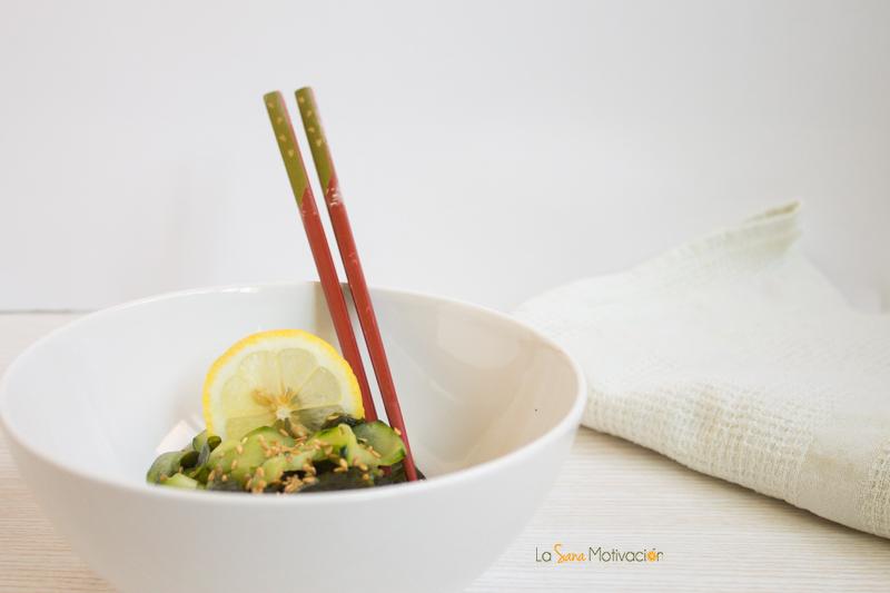 Ensalada japonesa de pepino y algas sunomono
