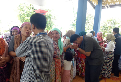 Tangisan Haru Iringi Perpisahan Mahasiswa KKN di Pekon Paku