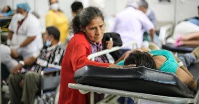Mãe com filha no hospital