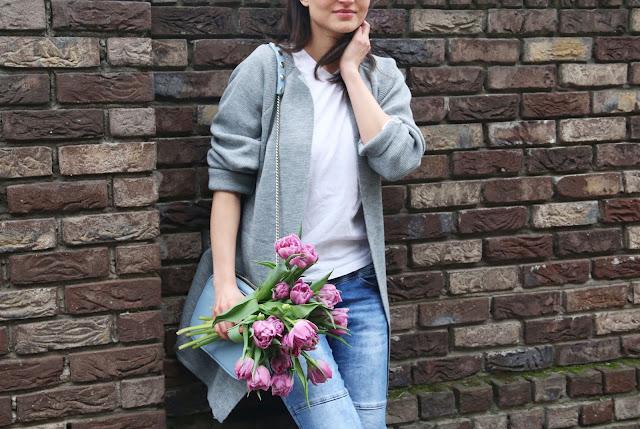 street style, szary kardigan, conversy, białe conversy, converse, boyfriend jeans, spring style,