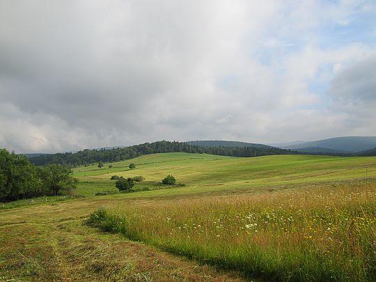 Z trawiastych zboczy ukazuje się klimatyczna panorama.