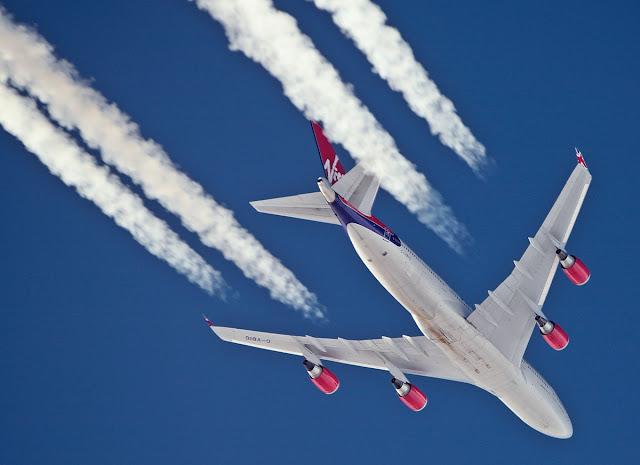 Resultado de imagem para rastros de avião no céu
