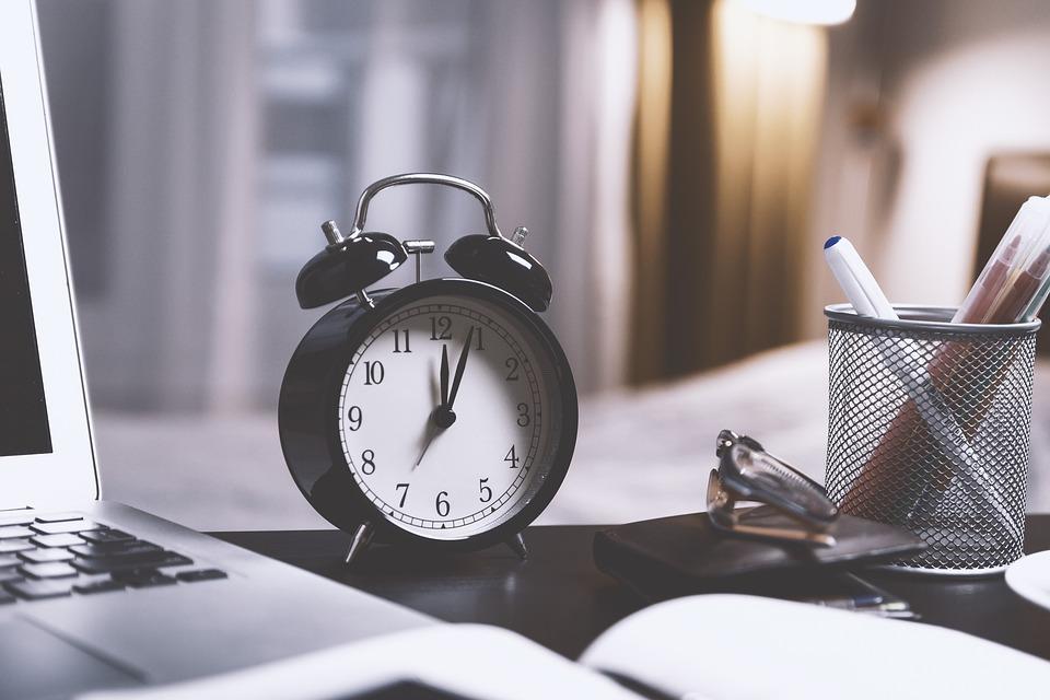 Reloj sobre un escritorio negro, hábitos
