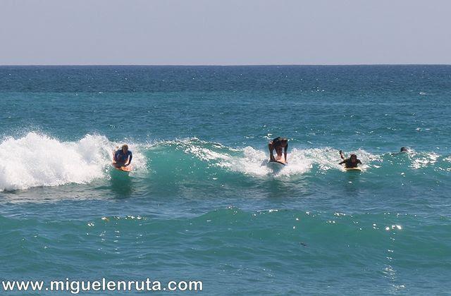 Thomas-Beach-surfeando