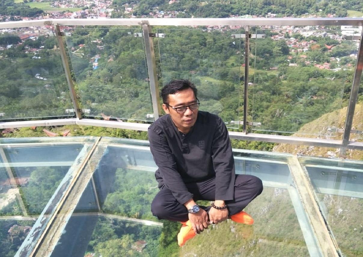 Berjalan di Jembatan Kaca, Jhony Paulus: Ini Ikon Destinasi Wisata Dunia, Harus Dikelolah Profesional