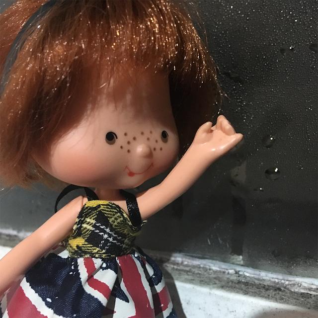 Boneca Cafézinho com a chuva na janela