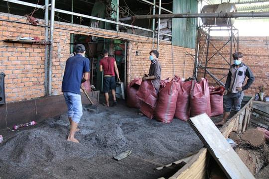 Cận cảnh chế biến cà phê độc hại từ tạp chất và than pin - Ảnh 11.