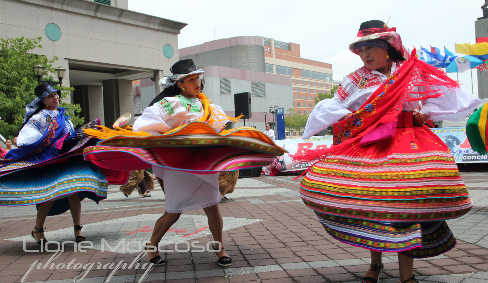Muñecos Hechos De Papel Muestran Diversidad De Ecuador: Alegre Danzar