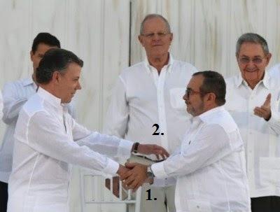 Al ofrecer su mano (Santos izq.) y estrecharla, el dirigente del grupo narcoterrorista, pone su mano acogiendo la del presidente