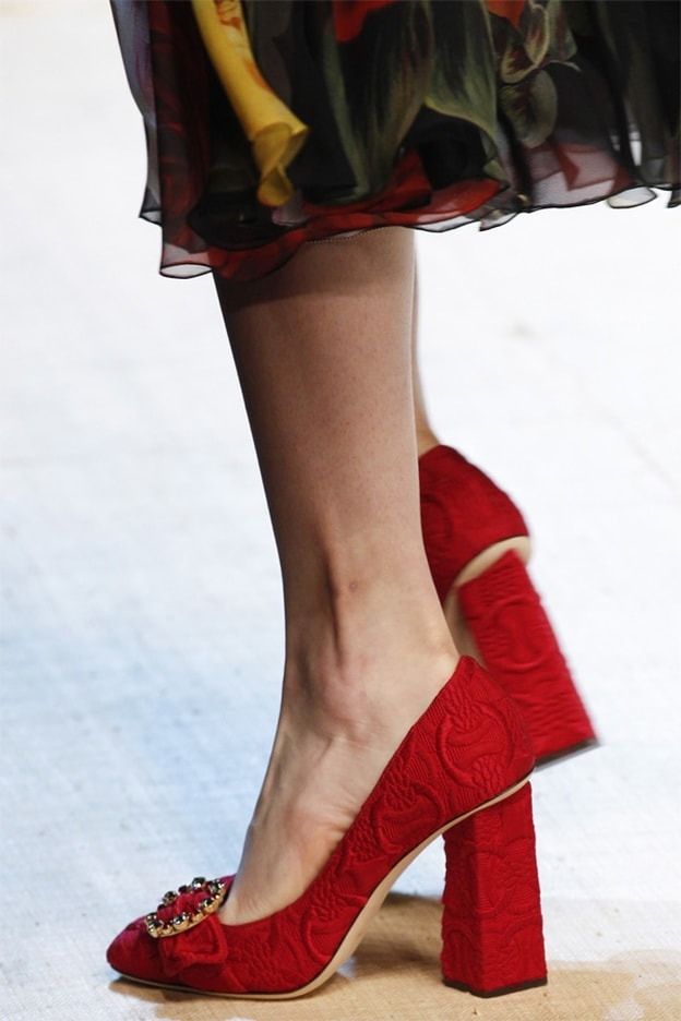 b911fb7f4be39 في الصورة حذاء أنيق مزدان بأكسسوار ذهبي على هيئة فيونكة من توقيع غوتشي  Gucci.