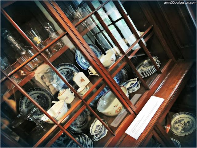 Colección de la Vajilla Familiar en la Doble Sala de Estar de la Mansión Ropes, Salem