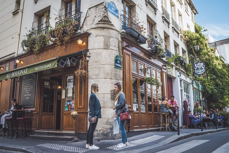Shooting photo devant le restaurant Au vieux Paris d'Arcole dans la rue Chanoinesse